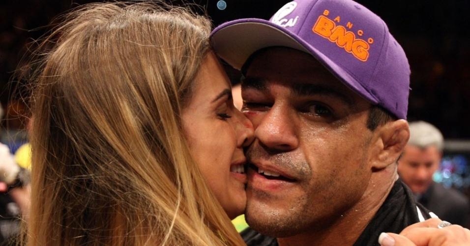 Vitor Belfort recebe o carinho de Joana Prado após vencer Anthony Johnson no UFC Rio 2 (15/01/2012)