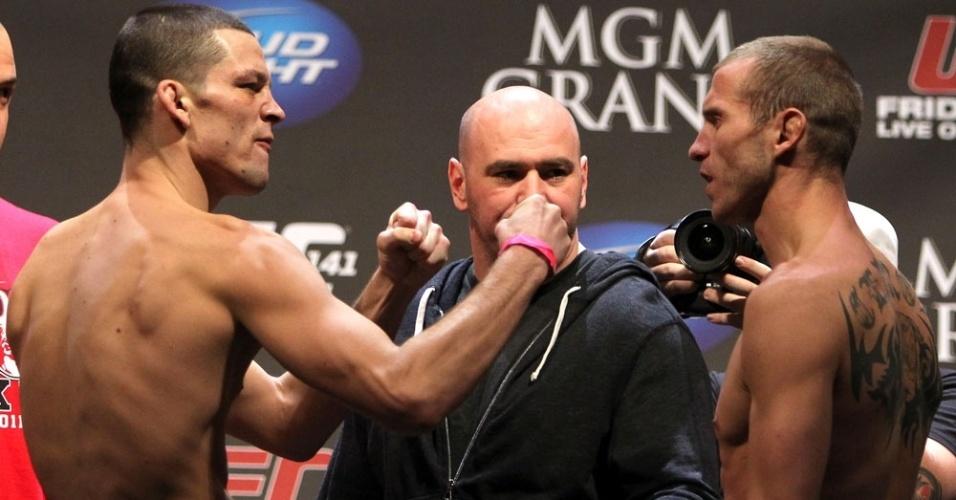 Nate Diaz encara Donald Cerrone durante a pesagem do UFC 141