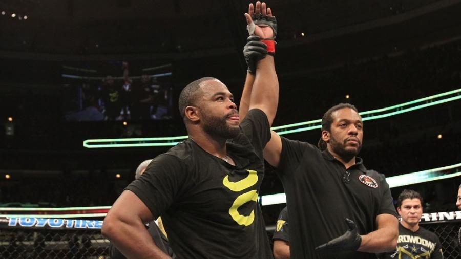 Rashad Evans comemora vitória sobre Phil Davis no UFC on FOX 2, em Chicago - Josh Hedges/Zuffa LLC/Zuffa LLC via Getty Images
