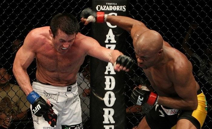 Anderson Silva se esquiva e manda uma direita no rosto de Chael Sonnen em sua sofrida vitória no UFC 117, em 2010