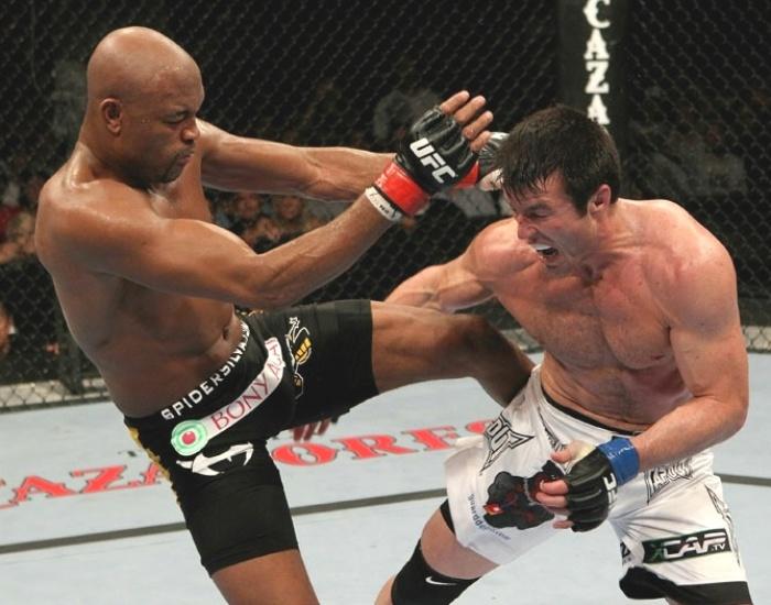 Chael Sonnen faz cara de dor com chute de Anderson Silva, na vitória sofrida do brasileiro no UFC 117, em 2010