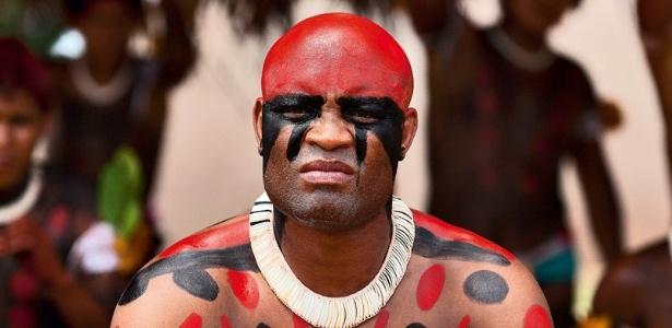 Anderson Silva entrou no clima na sua visita ao Xingu e aderiu a pintura indígena