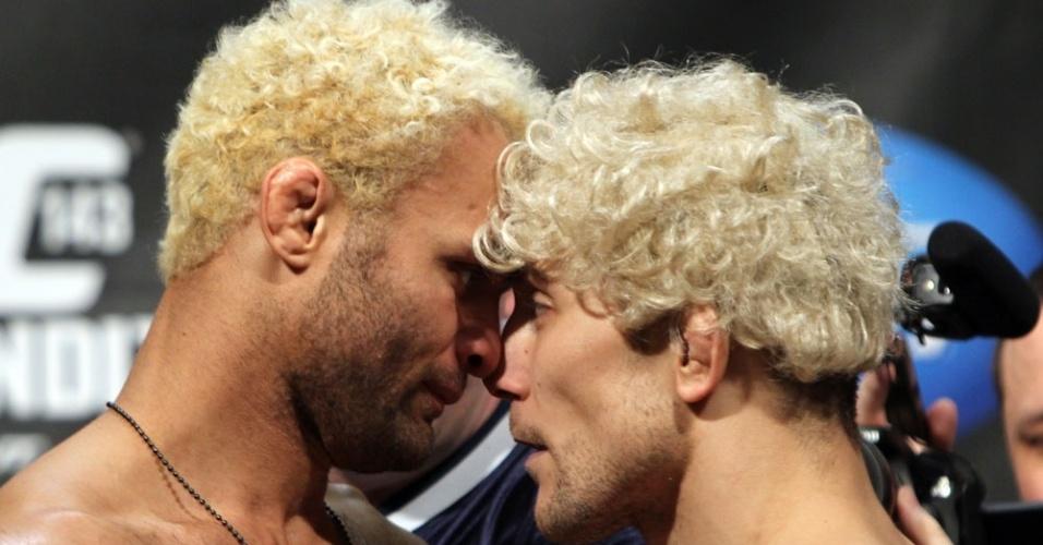 Mike Pierce encara Josh Koscheck com uma peruca imitando o rival no UFC 143