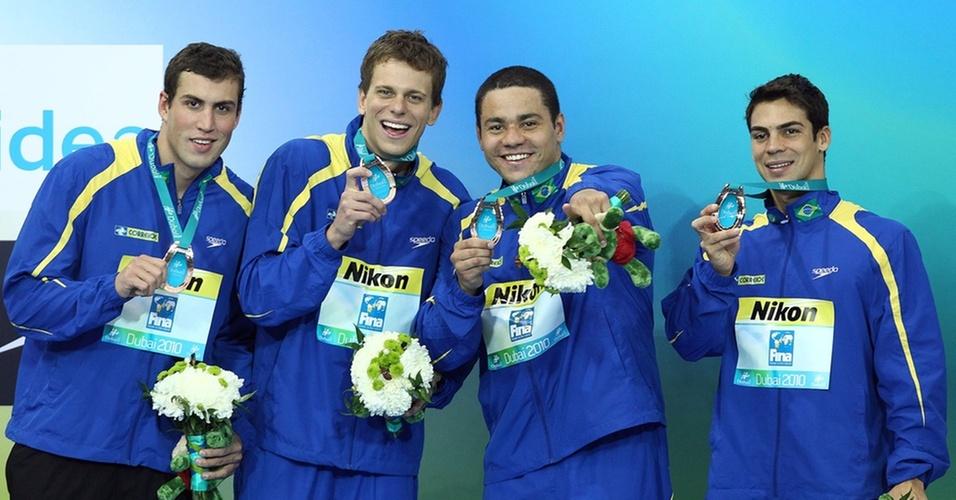 Guilherme Guido, Cesar Cielo, Felipe França e Kaio Márcio comemoram a medalha de bronze no revezamento 4x100m medley no Mundial de piscina curta de Dubai