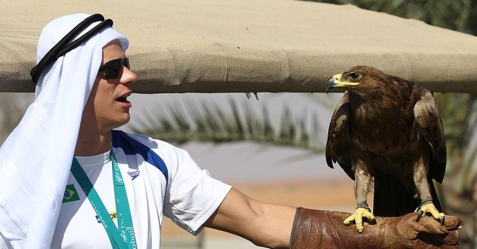 Cesar Cielo posa com águia após os ouros no Mundial de piscina curta, em Dubai