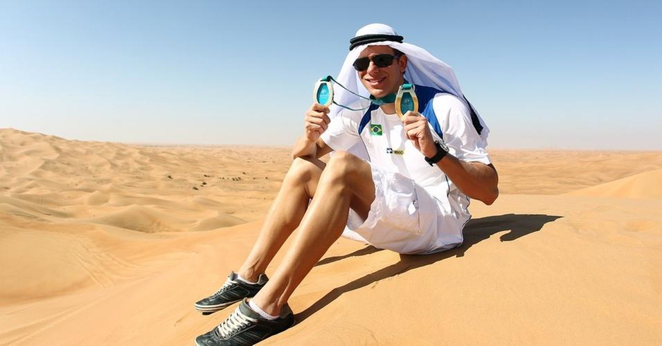 Cesar Cielo posa no deserto após os ouros no Mundial de piscina curta, em Dubai
