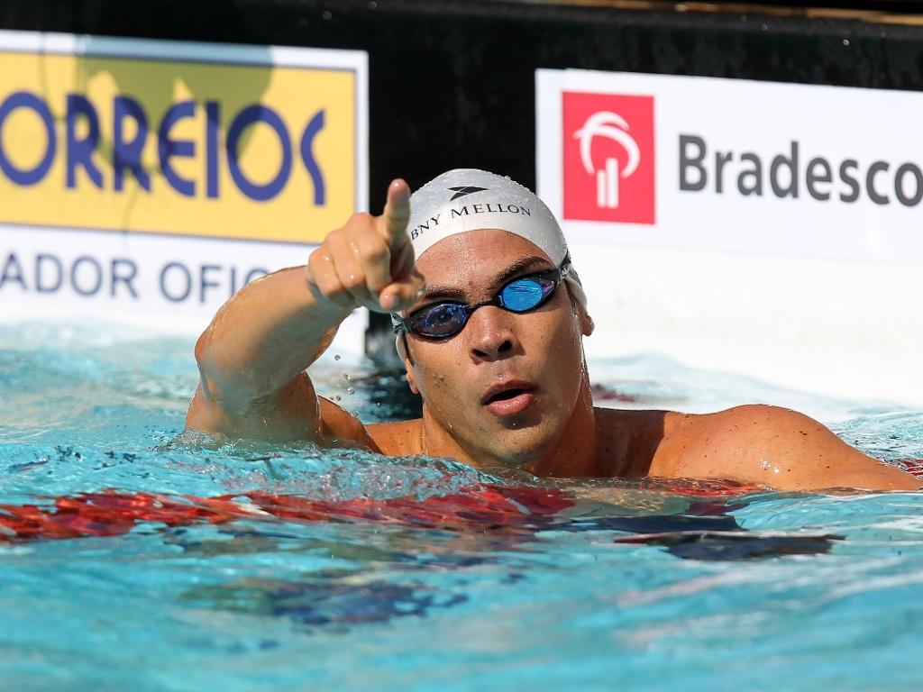 Kaio Márcio comemora após vencer os 100 m borboleta no Troféu Maria Lenk