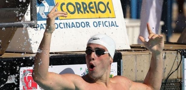 Bruno Fratus comemora vitória na semi dos 100m livres no Troféu Maria Lenk (06/05/2011)