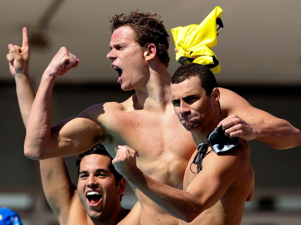 Cielo comemora vitória no 4 x 100 medley com os companheiros do Flamengo no Maria Lenk
