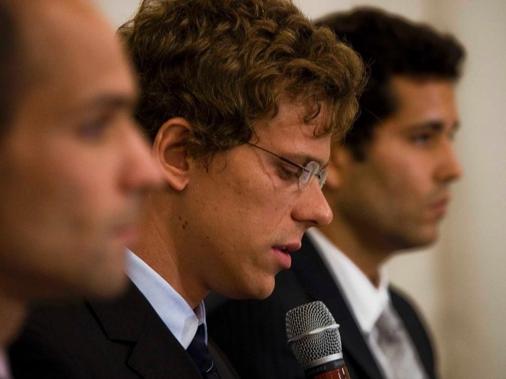 Cesar Cielo entre Nicholas Santos e Henrique Barbosa (direita), durante pronunciamento sobre a advertência por doping (01/07/2011)