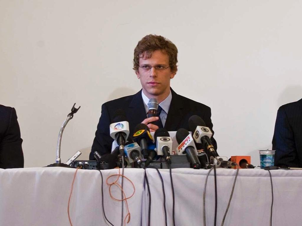Sem as tradicionais camisetas de seus patrocinadores, Cesar Cielo se pronunciou sobre a advertência por doping (01/07/2011)