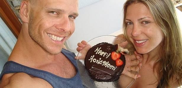 Fernando Scherer e Sheila Mello mostram bolo de lua-de-mel