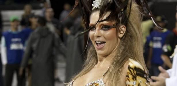 Sheila Mello desfila pela Tucuruvi no carnaval paulistano