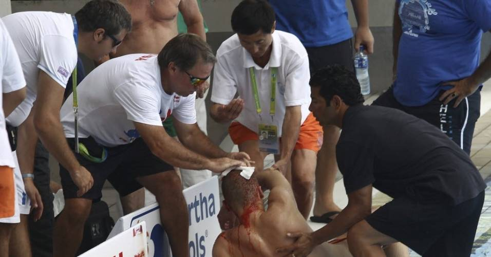 O bielorrusso Vadim Kaptur recebe atendimento médico após bater a cabeça durante salto (22/07/2011)