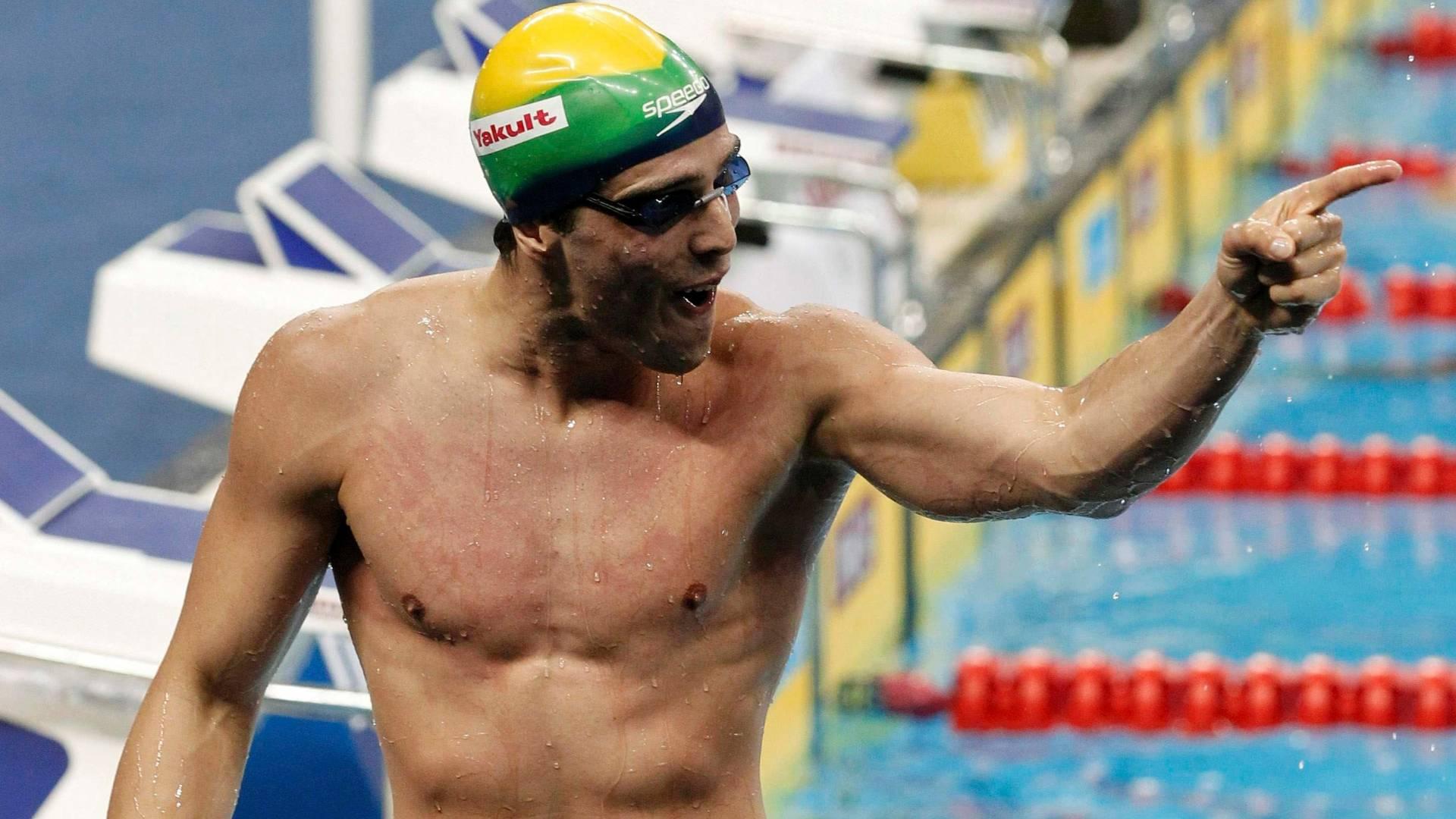 Bruno Fratus comemora após avançar à final dos 50 m com o melhor tempo