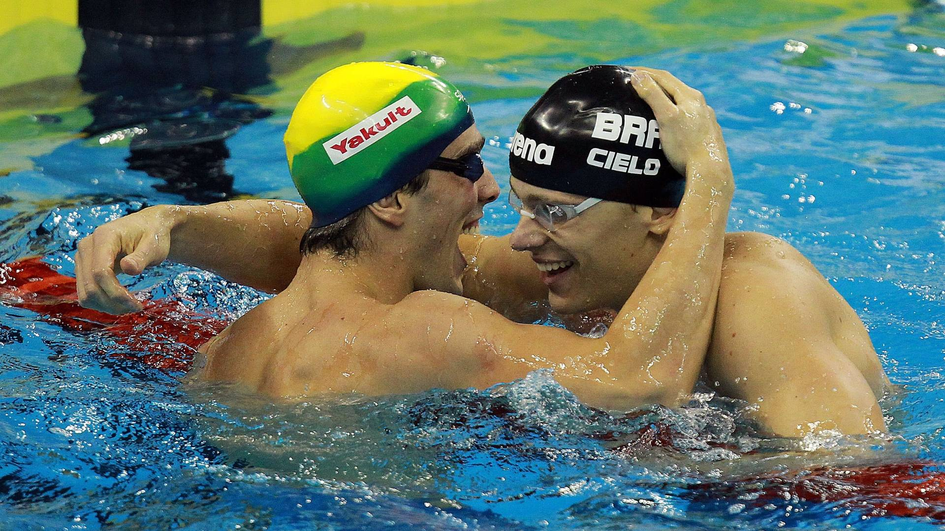 Bruno Fratus e Cesar Cielo se abraçam após a semifinal dos 50 m em Xangai (29/07/2011)