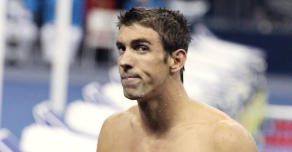 Michael Phelps deixa a piscina após ganhar o ouro nos 100 m borboleta no Mundial de Xangai