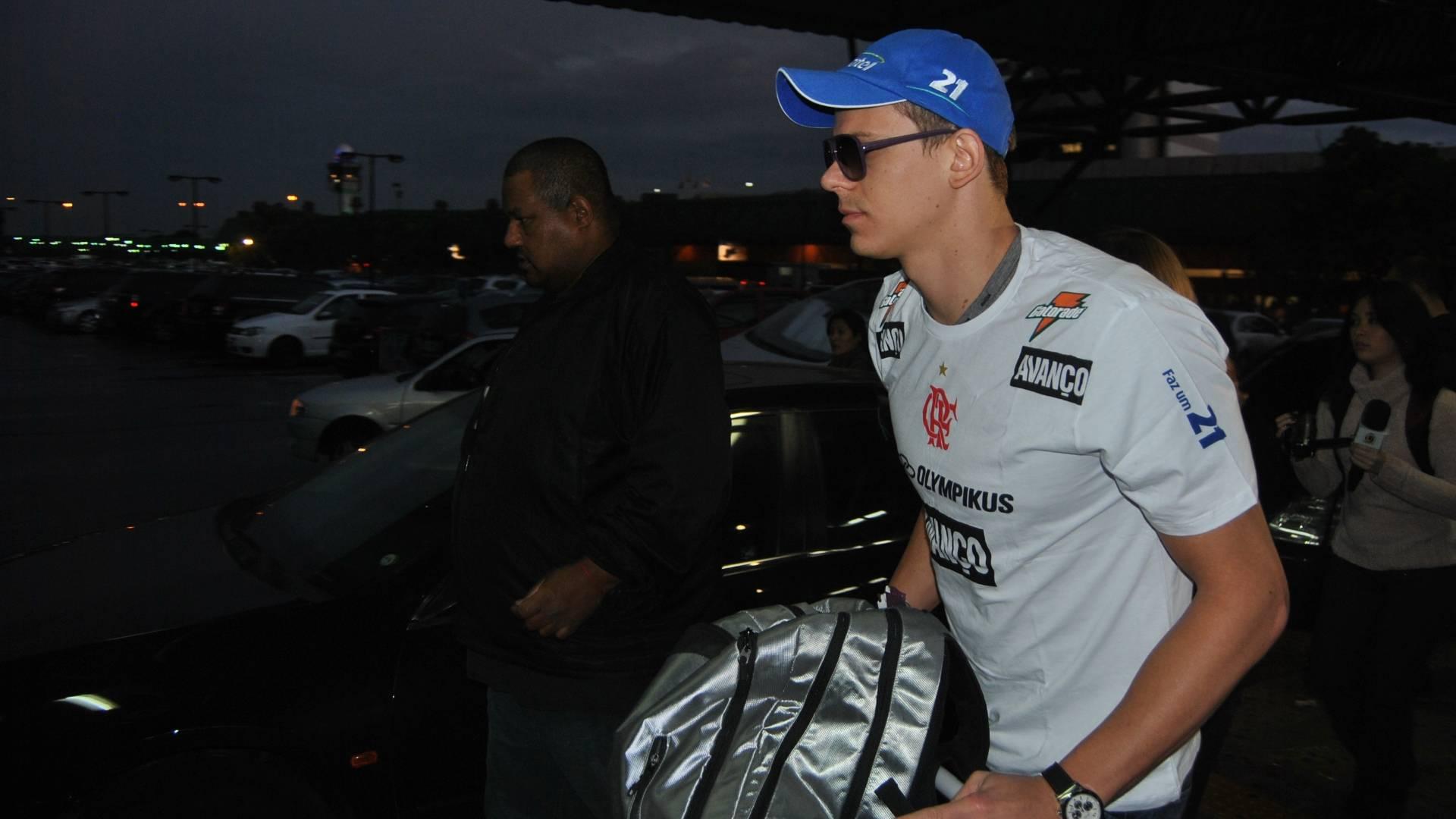 Cesar Cielo é acompanhado por seguranças no aeroporto de Guarulhos em desembarque após Mundial de Xangai (03/08/2011)