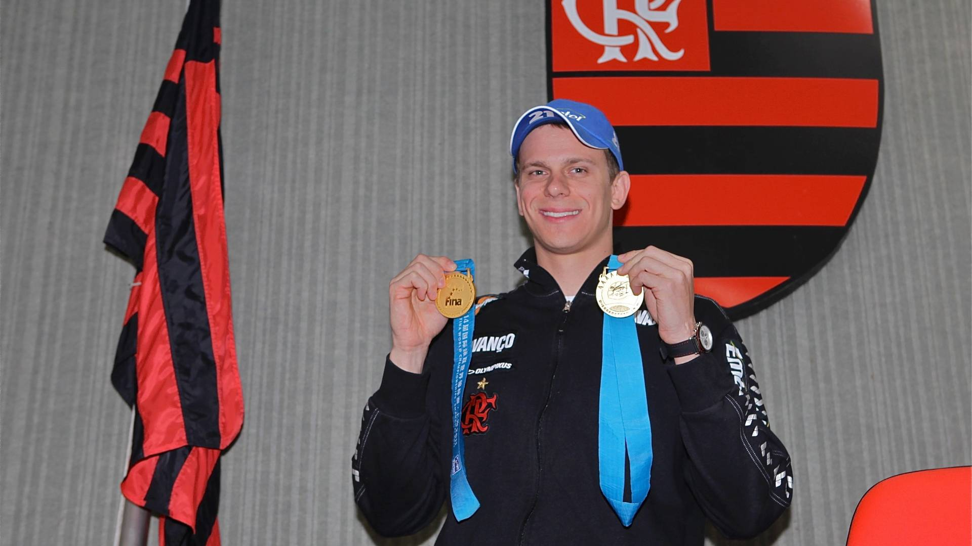 Cesar Cielo mostra seus dois ouros do Mundial de Xangai em coletiva no Flamengo