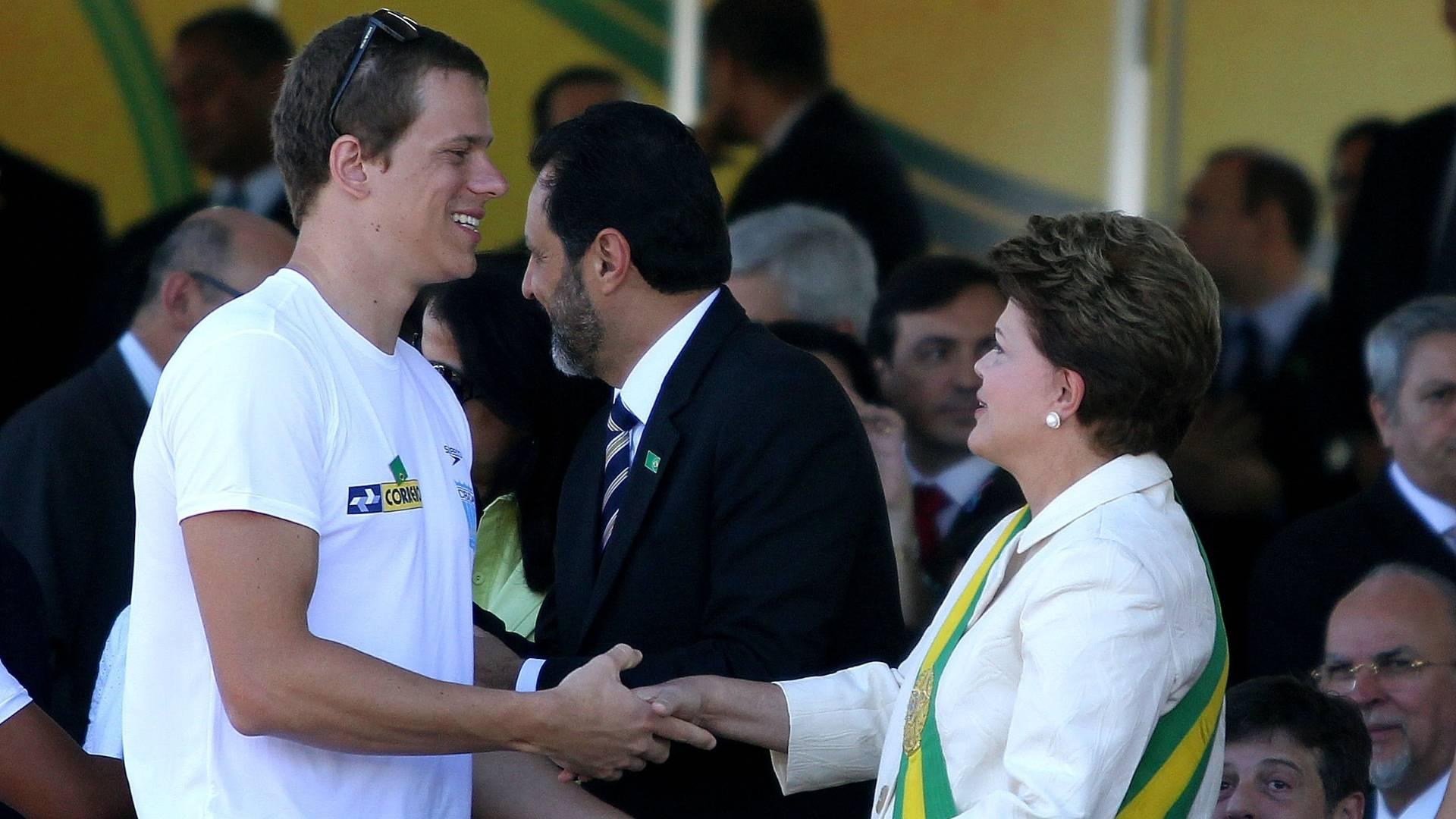 Cesar Cielo cumprimenta Dilma Rousseff durante o desfile do dia da Independência em Brasília (07/09/2011)