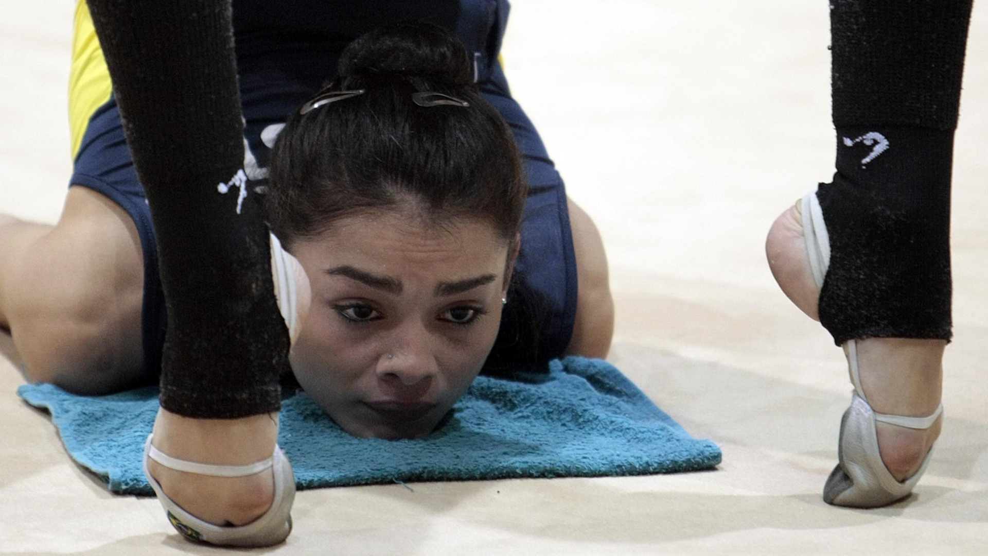 Ginasta brasileira pratica movimento durante o treino da seleção em Guadalajara