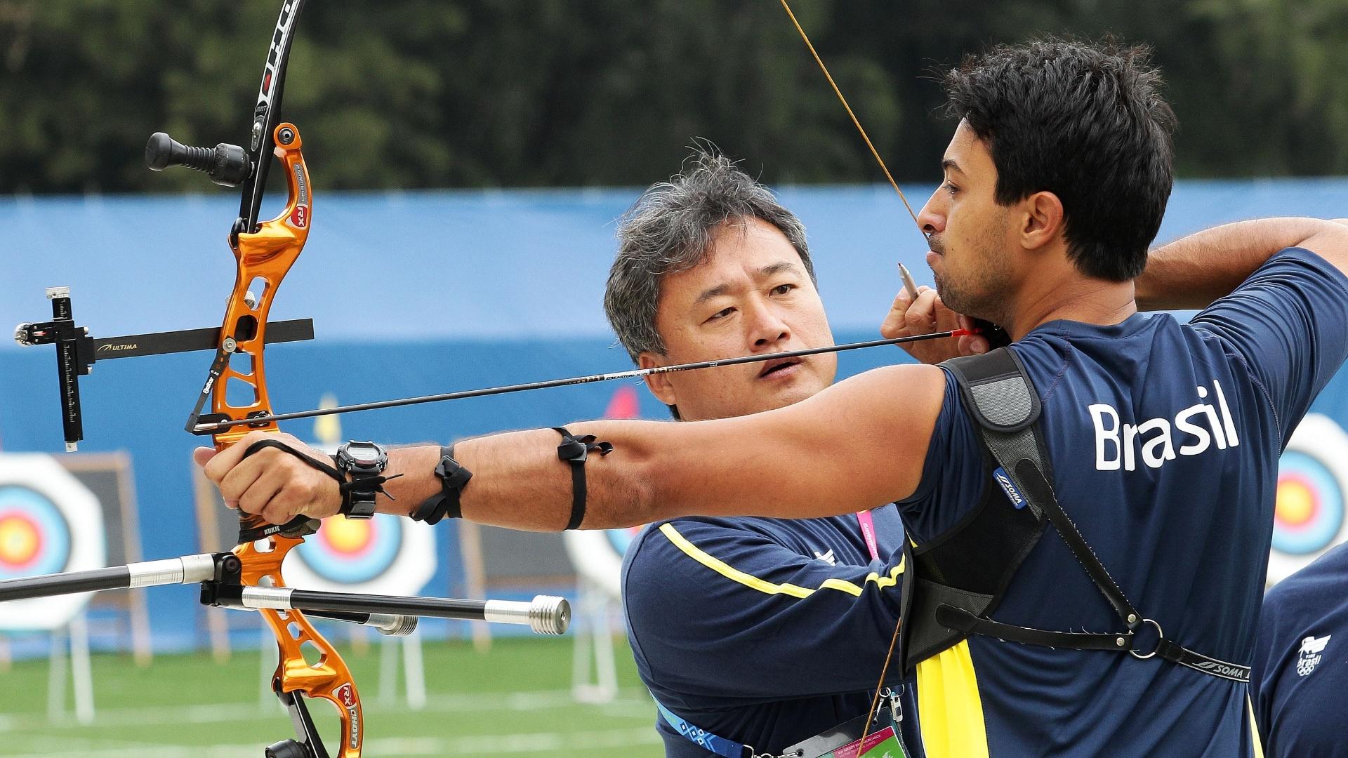 Com o técnico Lim Hee Sik, Daniel Xavier treina tiro com arco na Unidade Desportiva Revolución, em Guadalajara