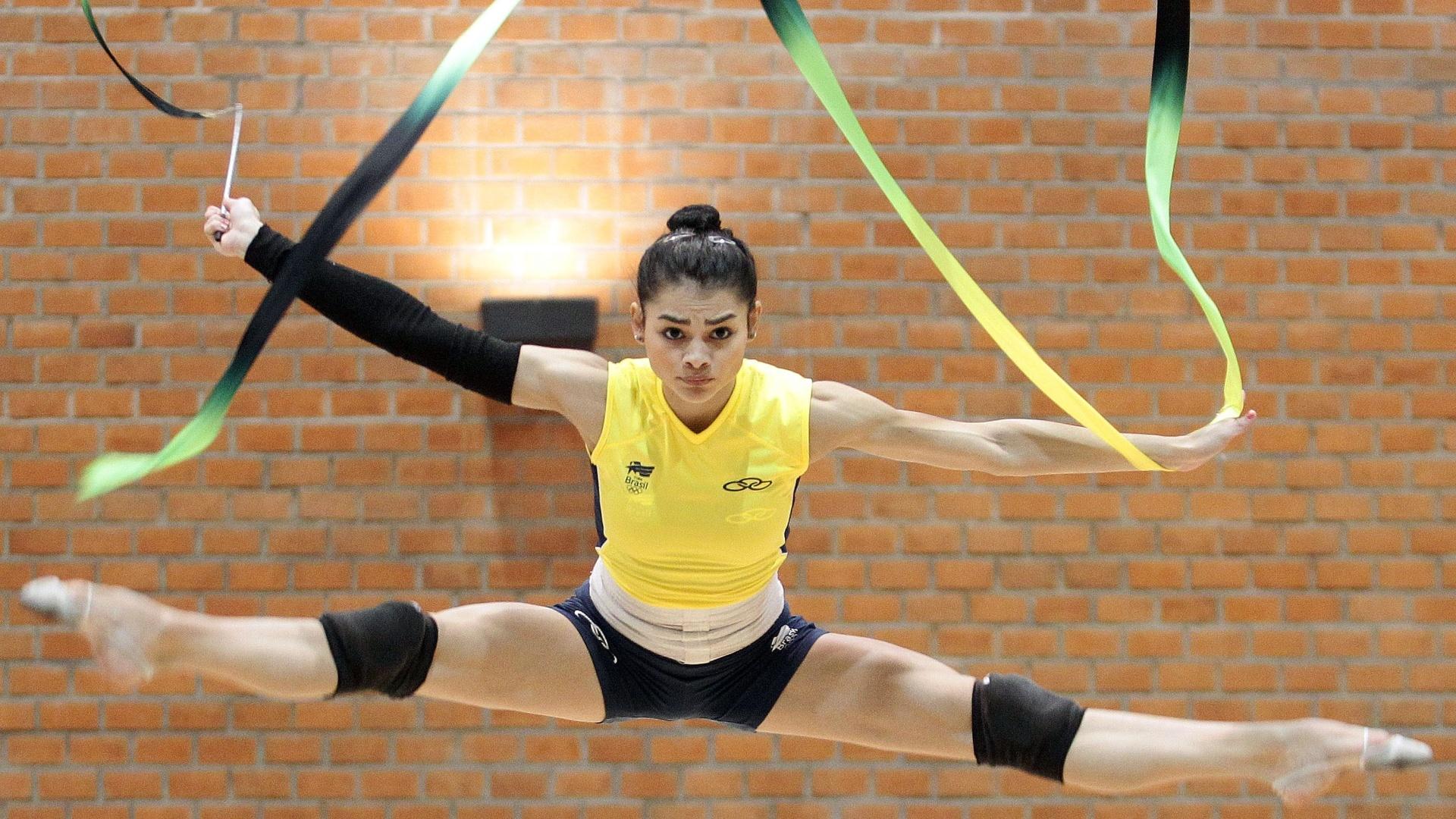 Bianca Mendonça treina com a equipe de ginástica rítmica na Unidade Esportiva Lópes Mateos, em Guadalajara