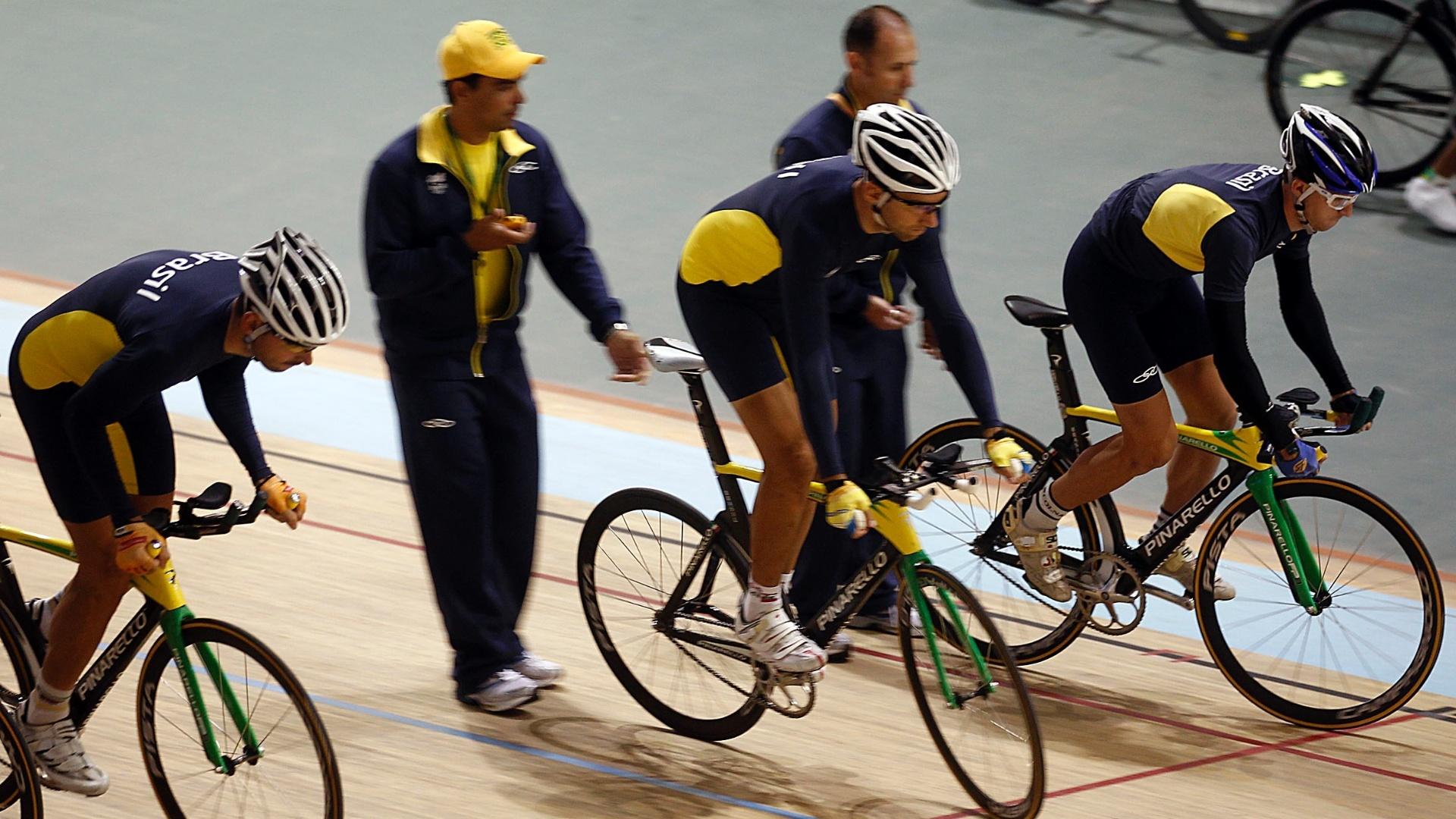 Equipe técnica passa instruções aos ciclistas de pista do Brasil, em treino para o Pan de Guadalajara