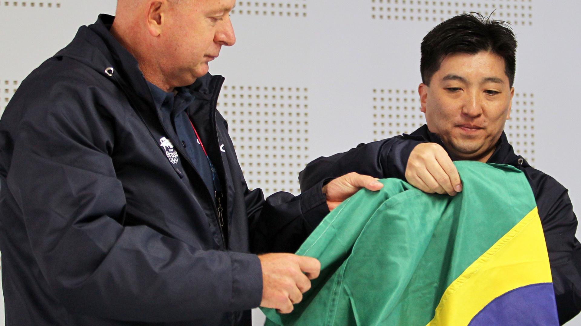 Hugo Hoyama recebe bandeira para carregar na abertura do Pan-Americano