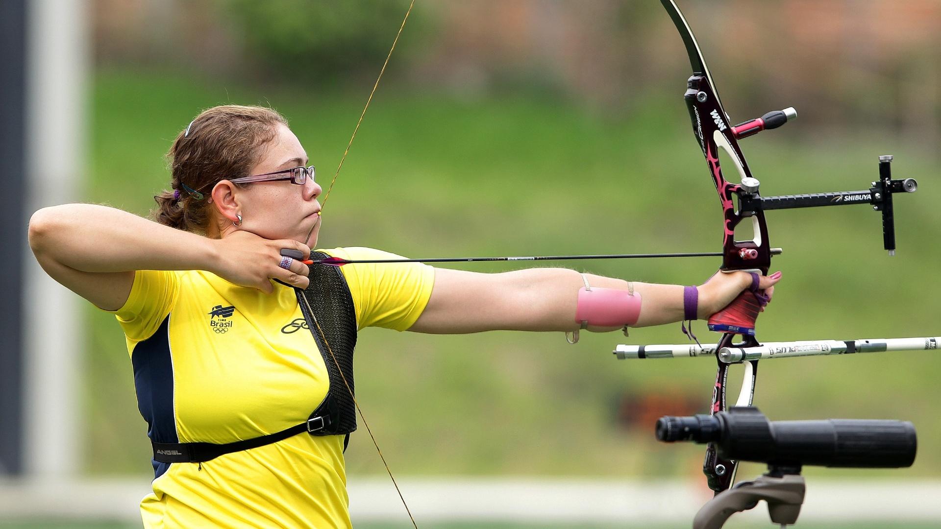 Sarah Nikitin, do tiro com arco, calibra a pontaria antes do início dos Jogos