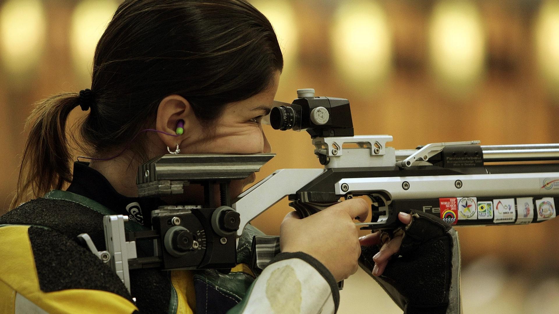 A brasileira Roberta Cabo, atleta do tiro, treina em Guadalajara (13/10/2011)