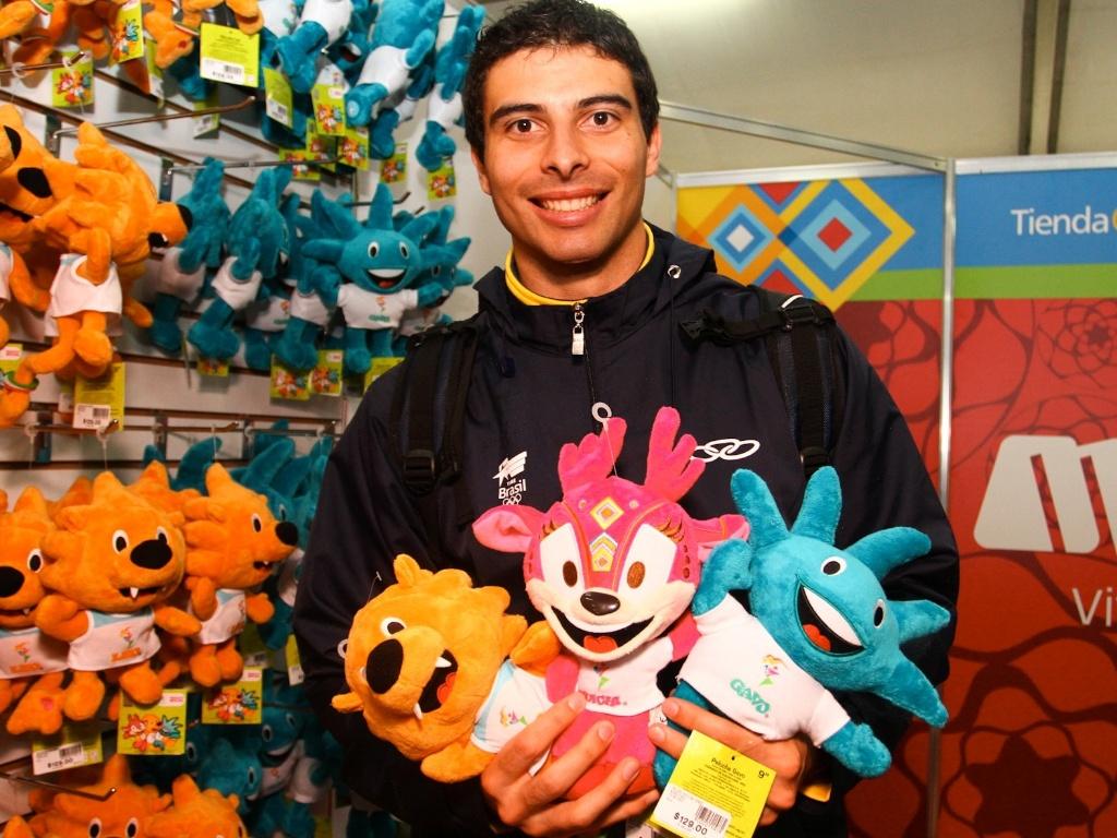 Borges, do handebol, aproveita tempo livre para comprar bonecos dos mascotes do Pan de Guadalajara