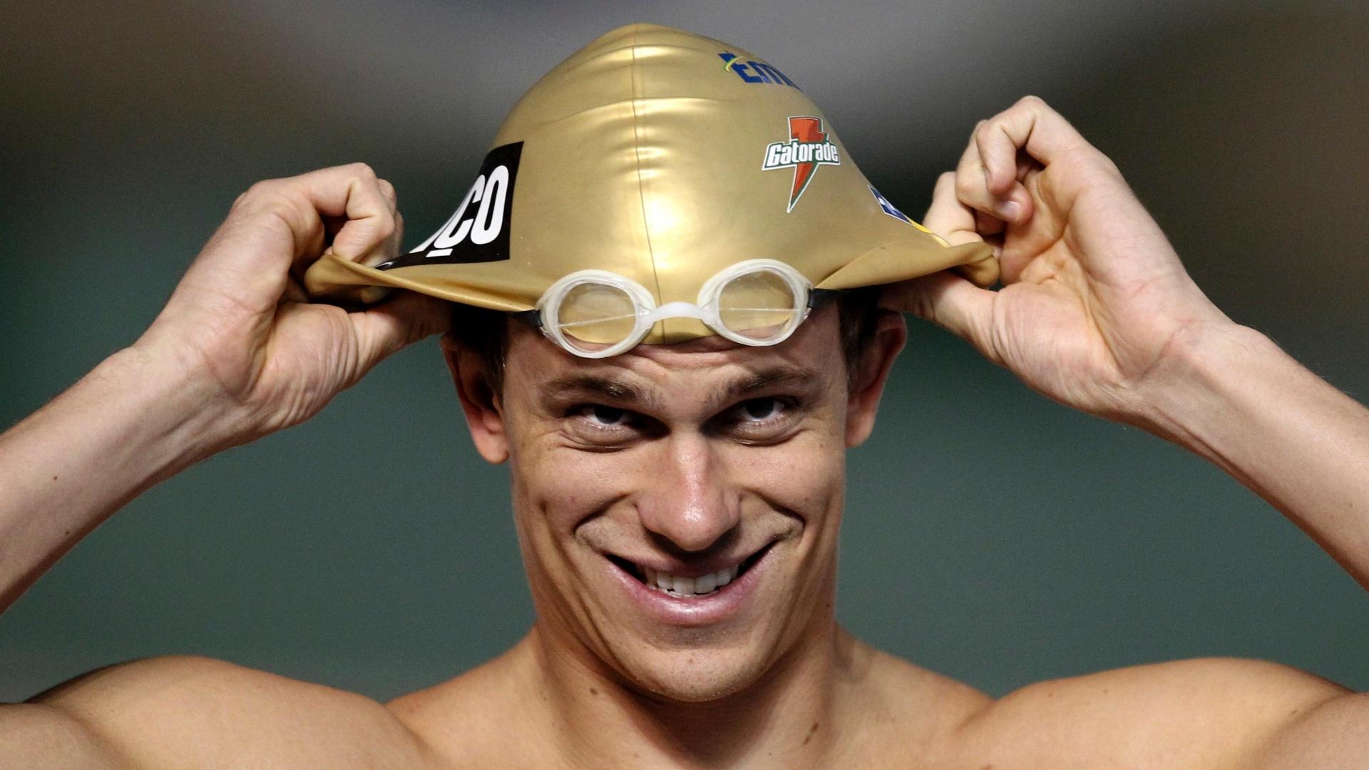 Cesar Cielo ajeita a touca antes de pular na água para o treino da equipe de natação do Brasil