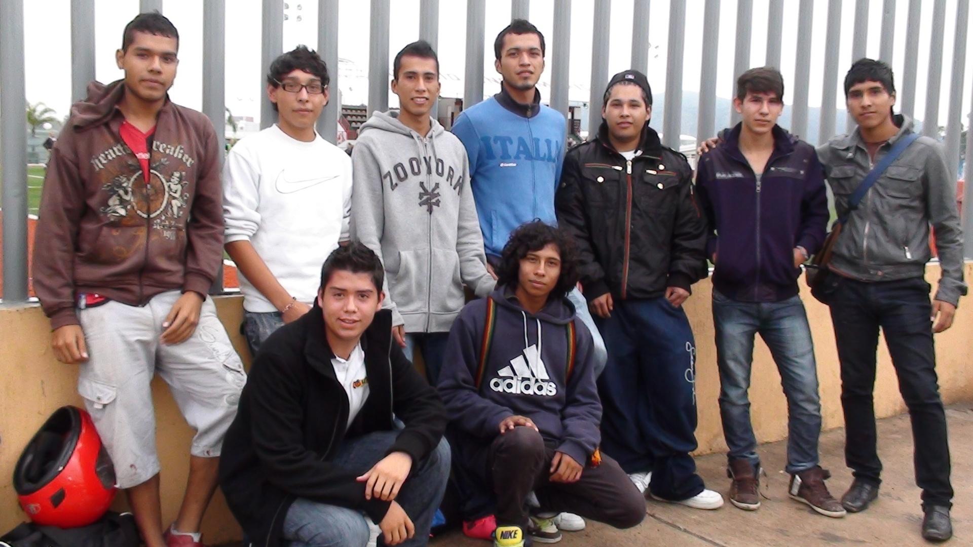 Enquanto esperavam para utilizar o campo, garotos mexicanos assistiram ao treino do Brasil