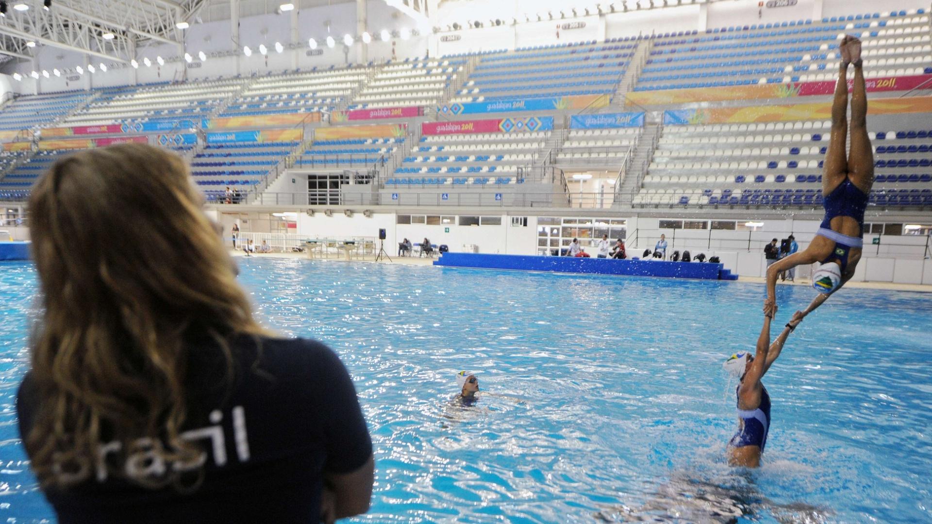 Equipe do nado sincronizado treina coreografia em Guadalajara para o Pan-Americano
