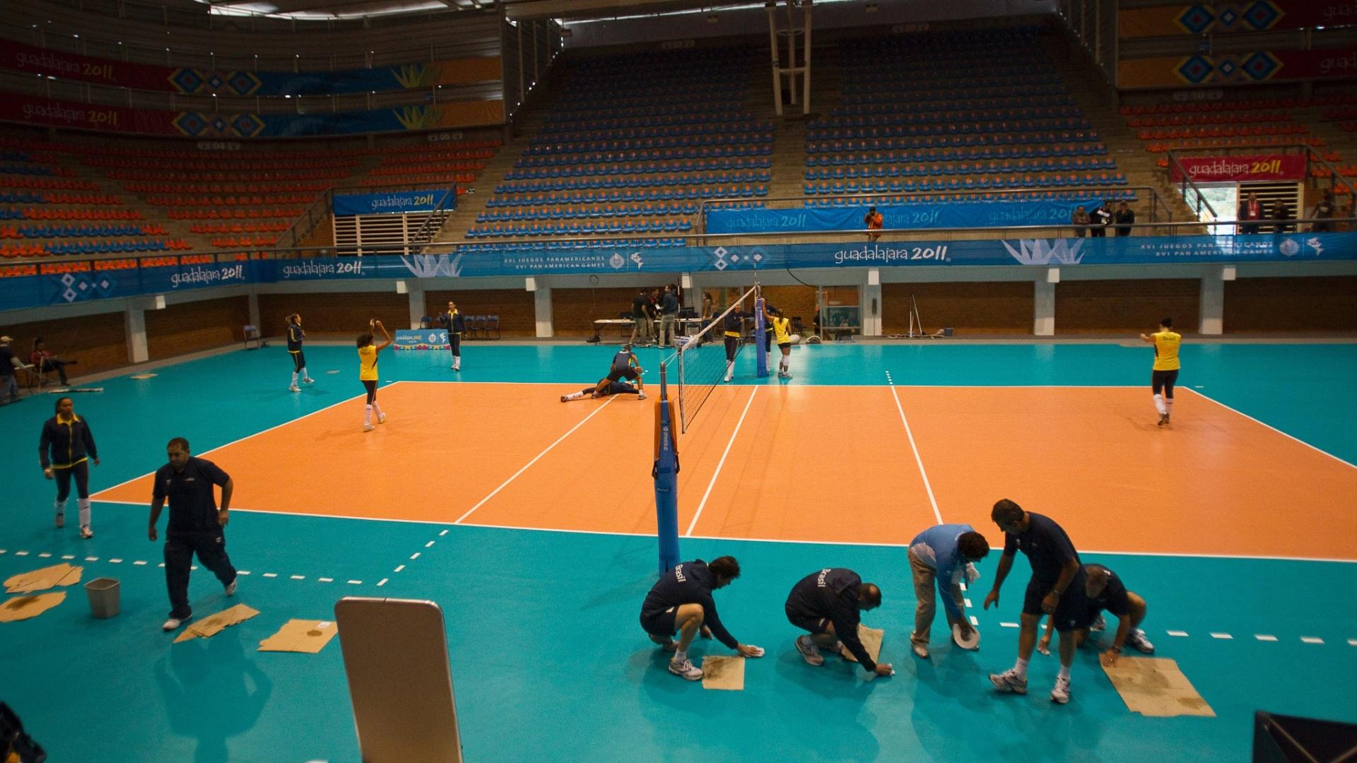 Goteiras no teto do ginásio atrapalharam o treino da seleção feminina de vôlei em Guadalajara