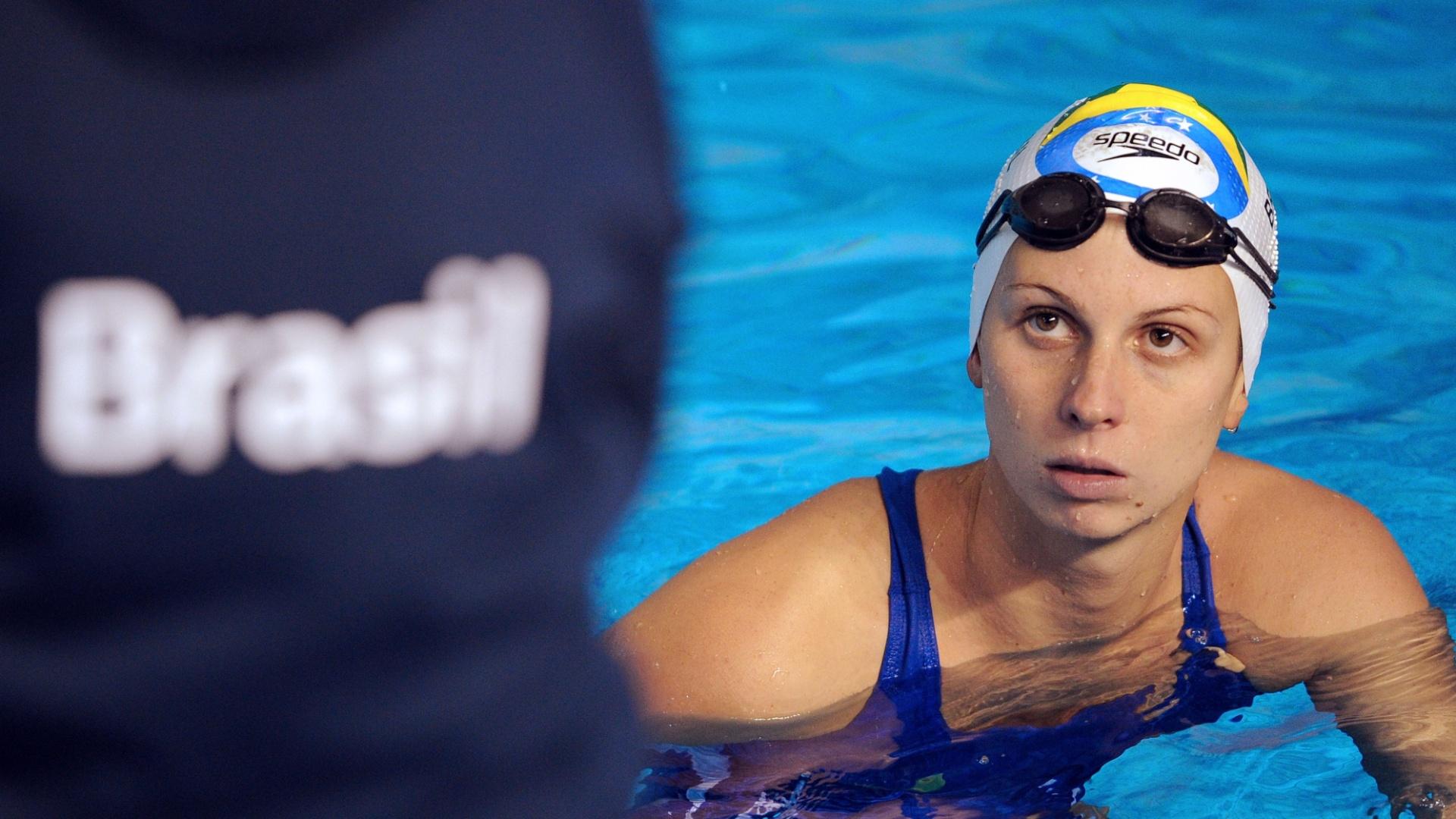 Nayara Figueira, do nado sincronizado, recebe instruções da equipe técnica durante treino para o Pan