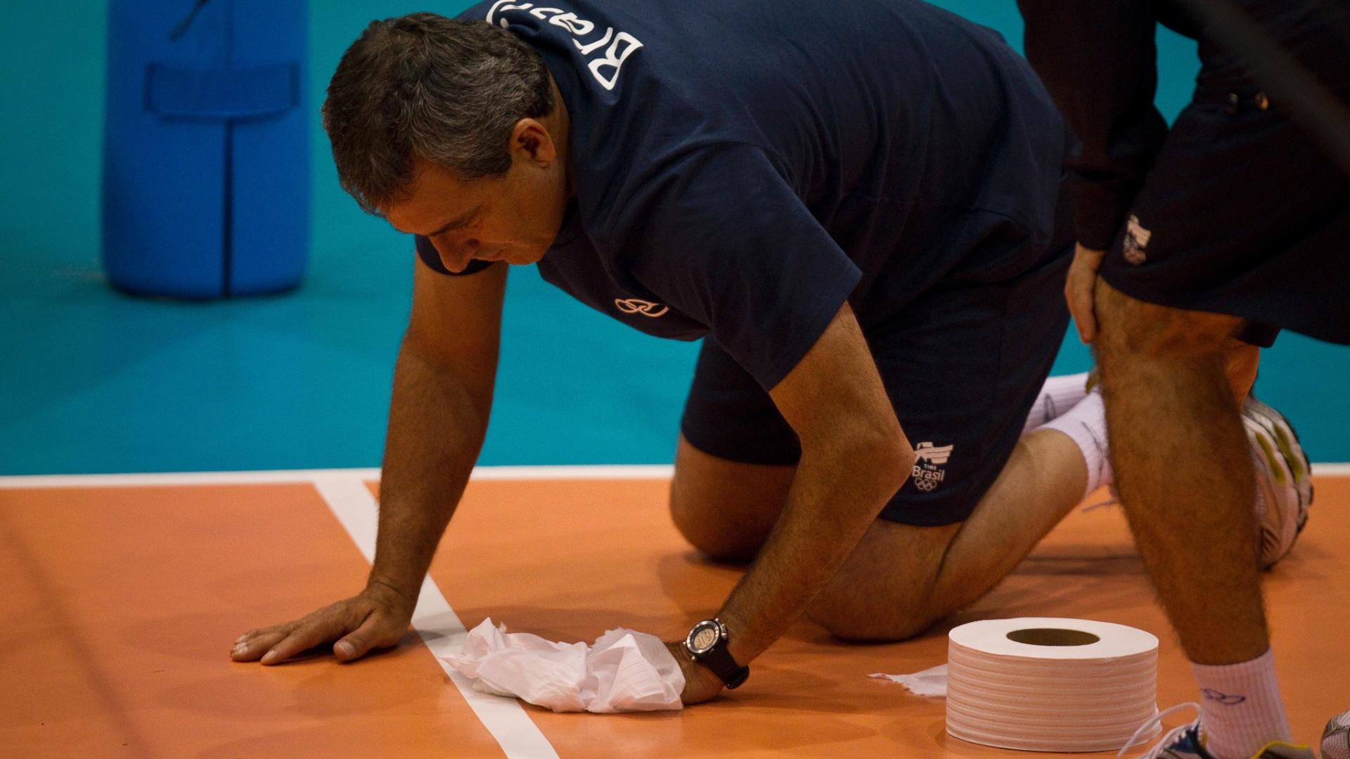 Até o técnico José Roberto Guimarães ajudou a secar a quadra durante o treino da seleção feminina de vôlei
