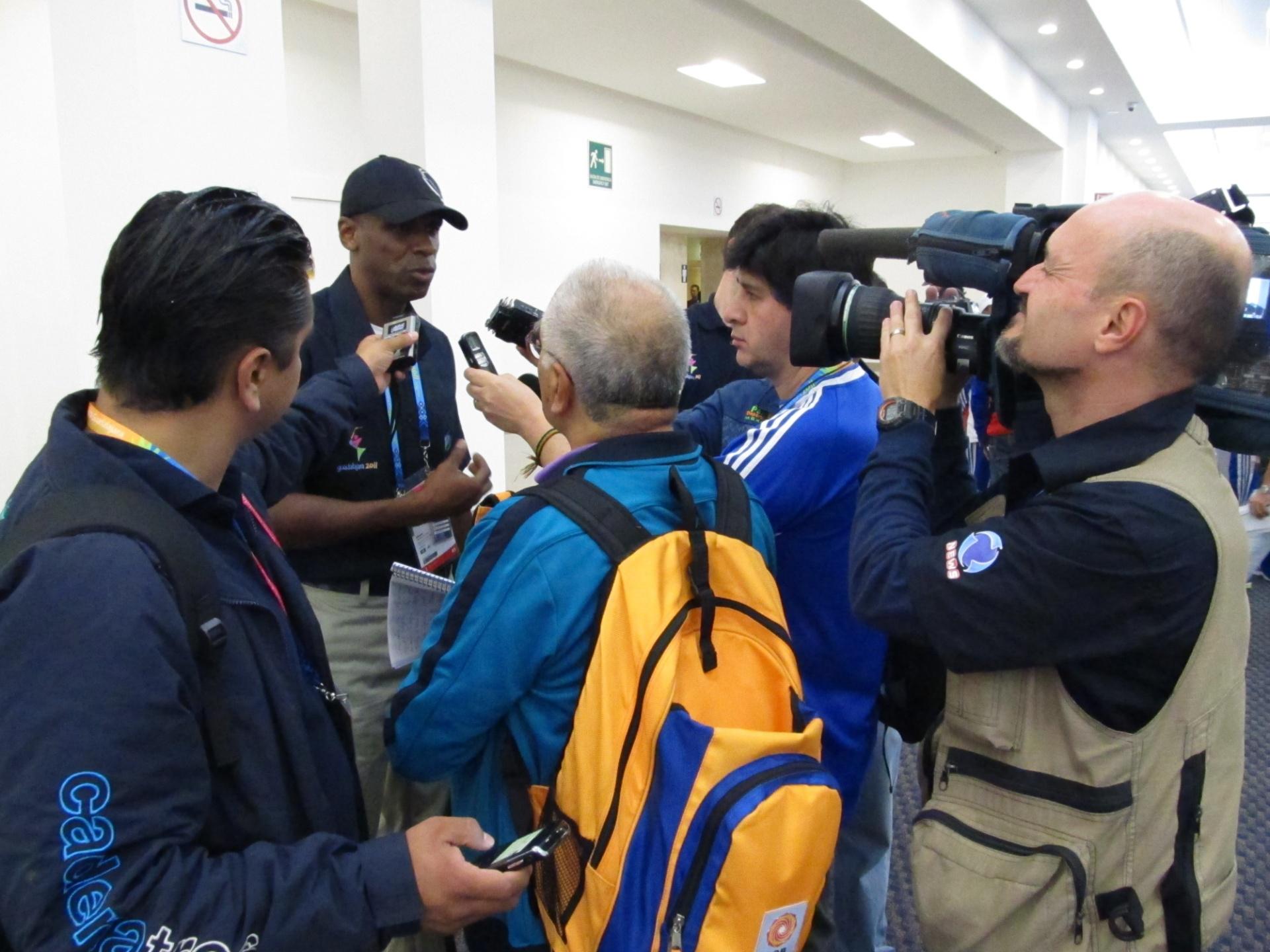 Robson Caetano dá entrevista a jornalistas no centro de imprensa dos Jogos Pan-Americanos de Guadalajara