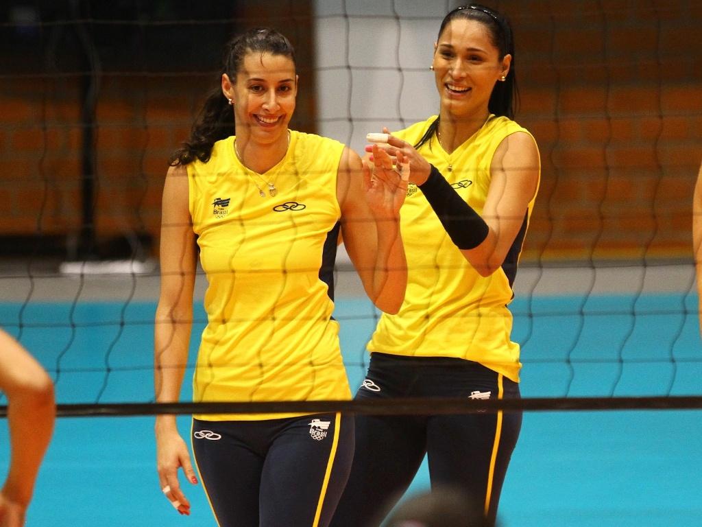 Sheilla e Jaqueline durante momento de descontração durante o treino da seleção em Guadalajara