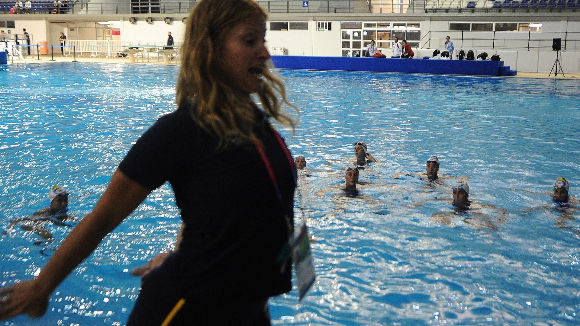 Técnica brasileira passa instruções à equipe de nado sincronizado em Guadalajara