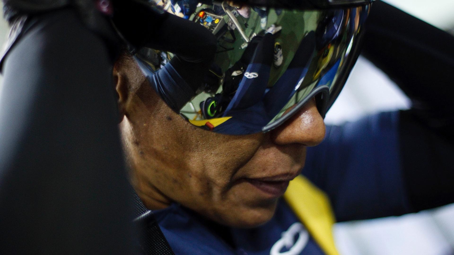 A ciclista Sumaia dos Santos arruma o capacete antes de começar o treino da equipe brasileira para o Pan de Guadalajara