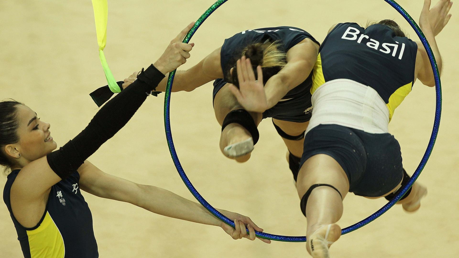 As ginastas brasileiras aproveitaram para passar a coreografia com arcos e fitas