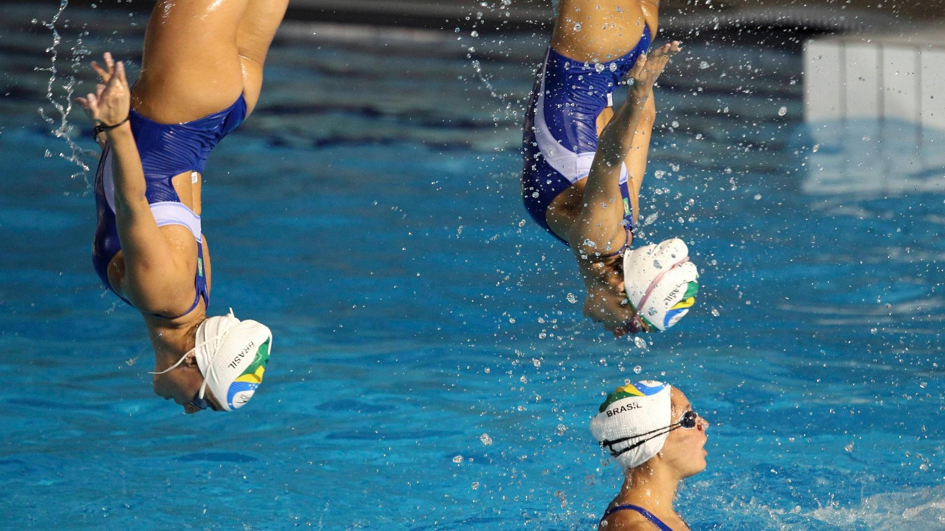 Brasileiras do nado sincronizado treinam na piscina no México