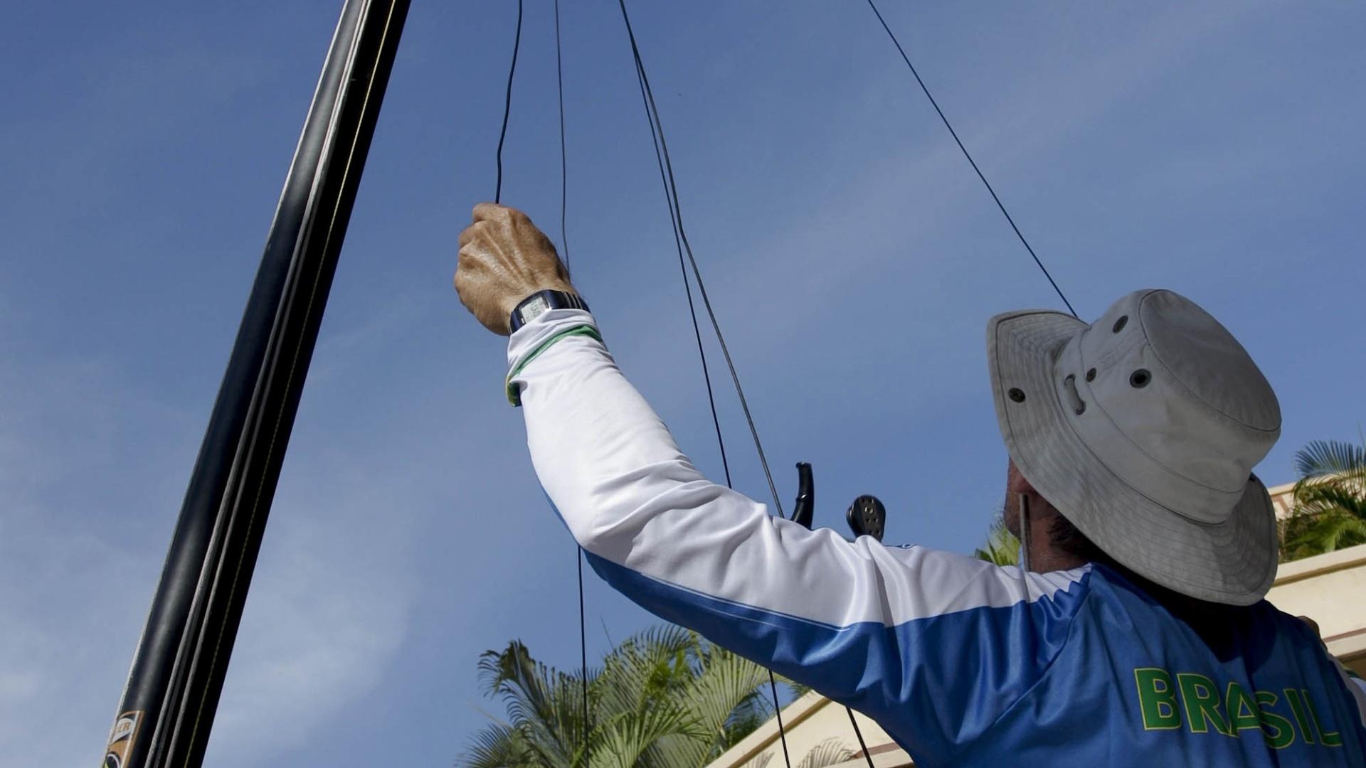 Bruno Oliveira e Bernardo Arndt, da classe Hobie Cat, montam o barco em Nuevo Vallarta
