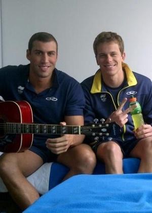 Cesar Cielo curte o som do violão com os companheiros de seleção Guilherme Guido e Gabriel Mangabeira