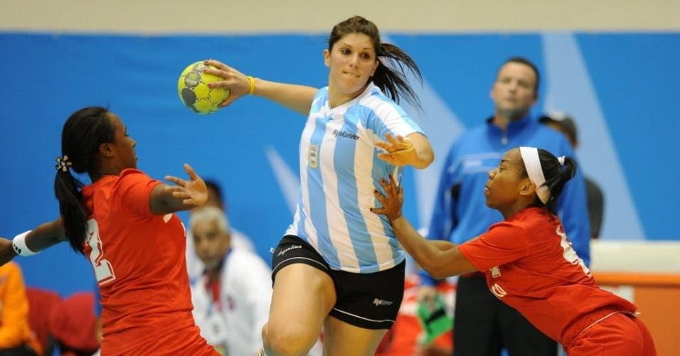 A argentina Maria Magdalena Decilio passa pelo meio da marcação de duas adversárias da Costa Rica no confronto entre as duas seleções no primeiro jogo do Grupo A do handebol feminino do Pan