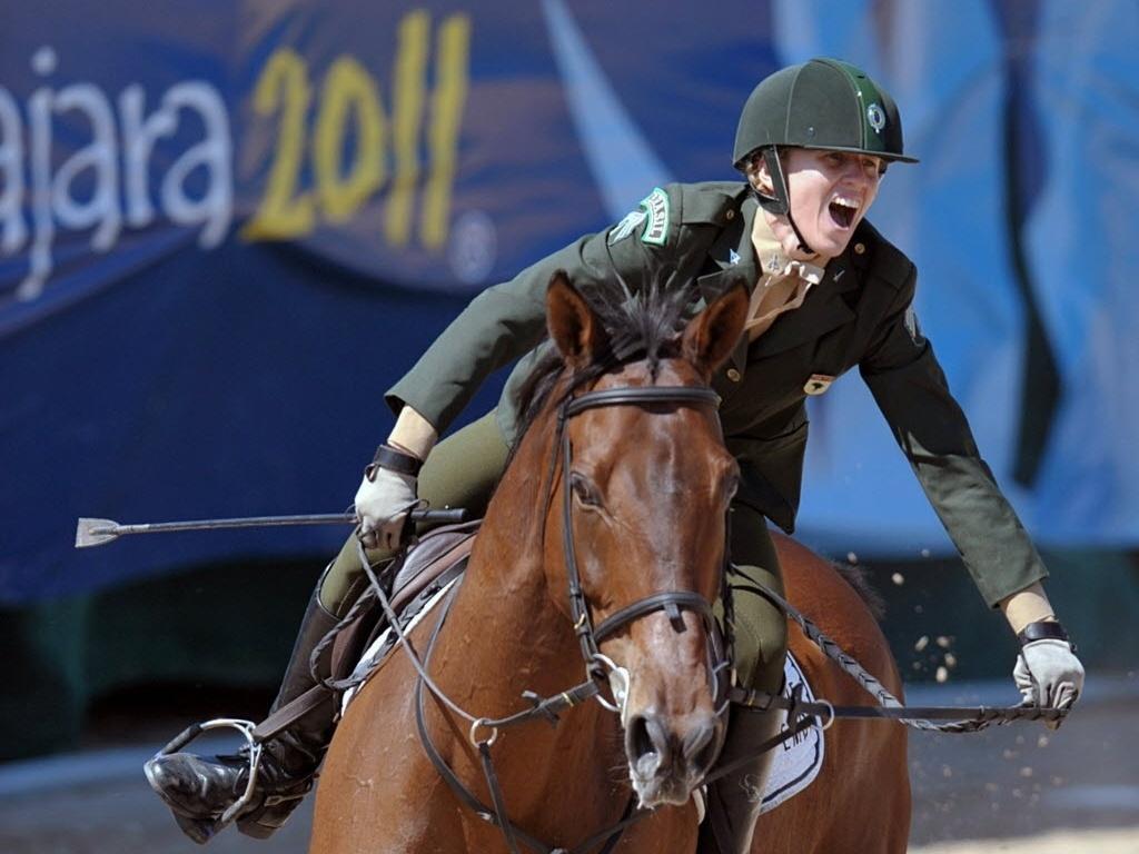 A brasileira Yane Marques corre com o cavalo durante a prova de salto na disputa do pentatlo moderno