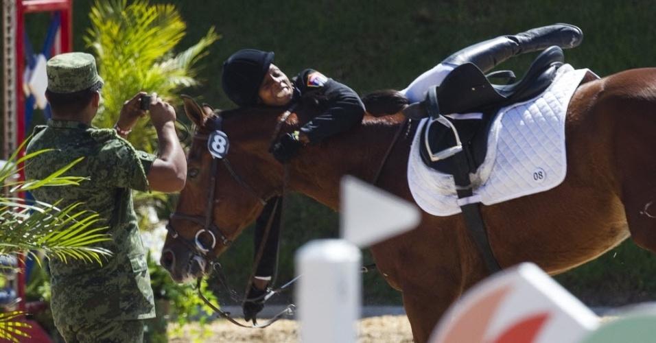 A cubana Kenia Campos tenta se segurar em cima do cavalo durante a prova de salto do pentatlo moderno