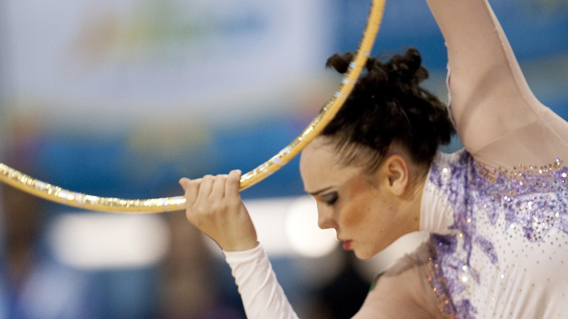 Angélica Kvieczynski mostra desenvoltura com o arco durante sua apresentação em Guadalajara, na ginástica rítmica